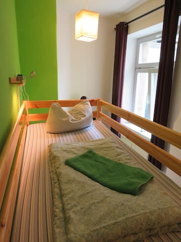 Bett mit Lampe und Steckdose / Bed with socket and lamp
