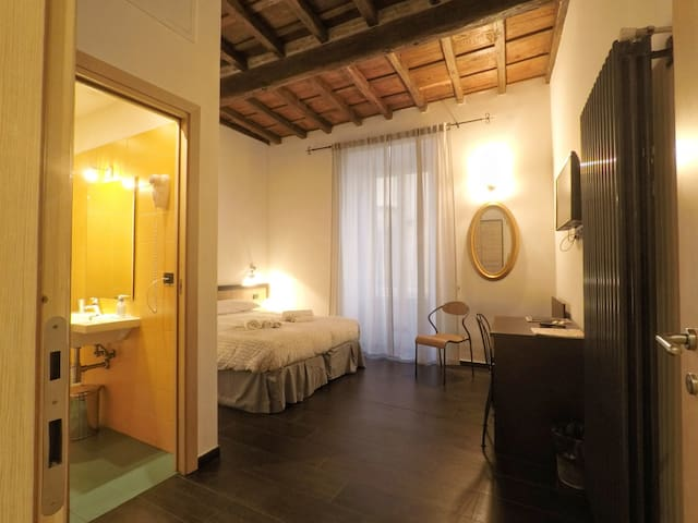 Colosseum double bedroom with en suite bathroom