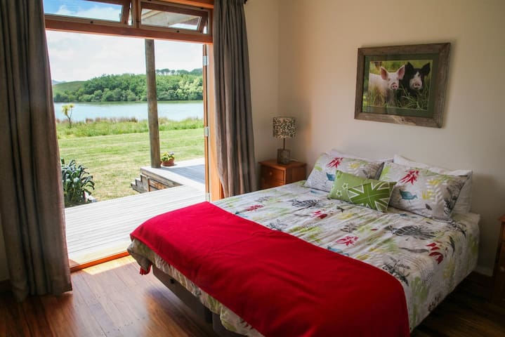 Berkshire Bedroom. (Sleeps up to 2  Converts to twin beds.