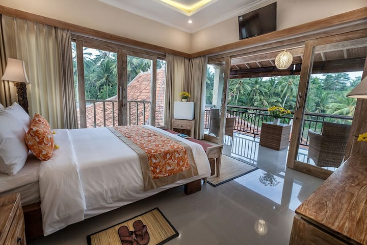 Tri Dewi Suite Room with golden warmth of the wood