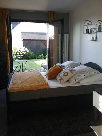 Avec cet accès direct sur la terrasse , vous apprécierez de vous détendre au soleil.