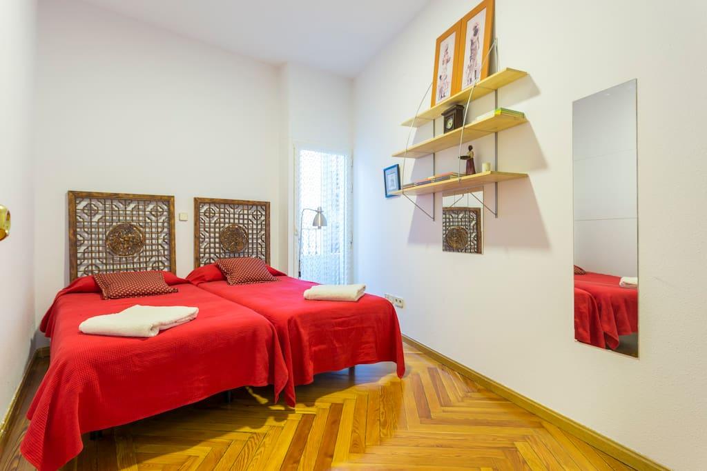2 camas de 90x1,90, con suelo de madera muy confortable y sin ruidos. Muy luminosa.