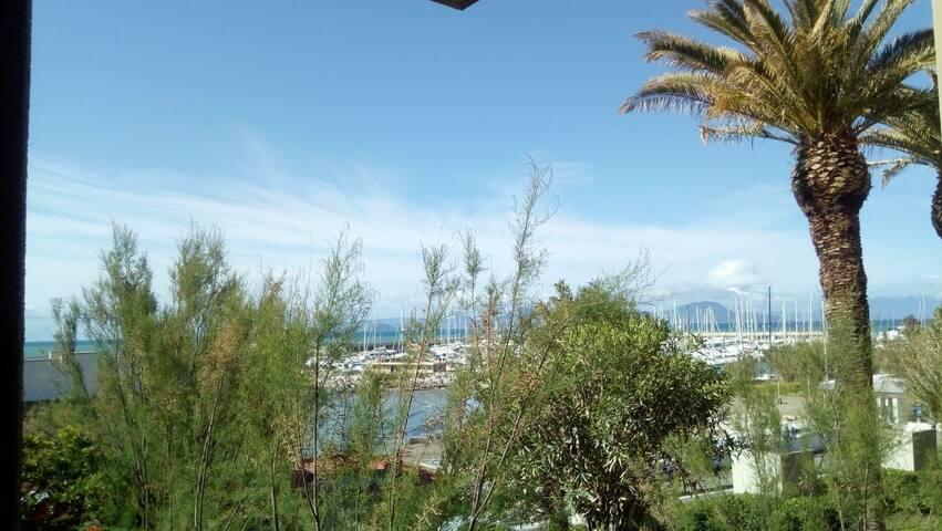 Seafront garden flat in Salivoli