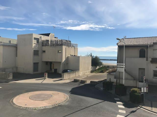 Vue sur la mer À 10 seconde à pied de la plage !