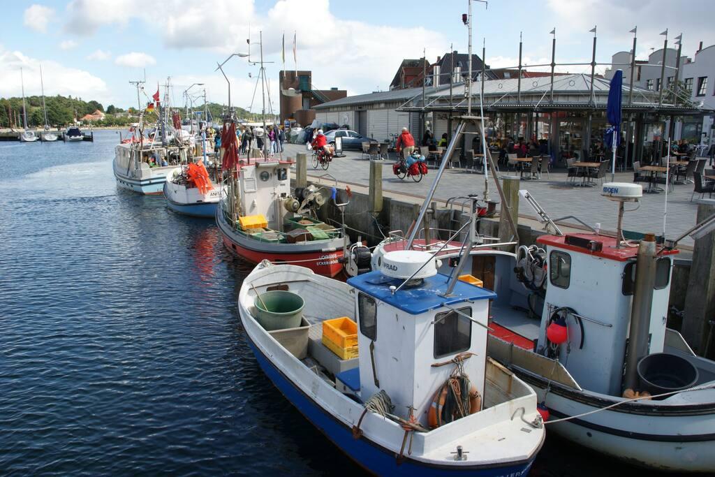 Fischer vor dem Fischimbiss