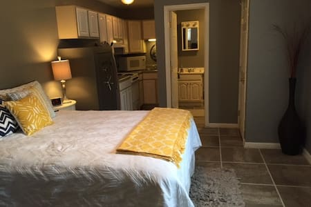 Private Studio Apartment 5 mins from downtown