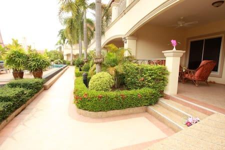 Very Large 1 Bedroom Apartment in Beautiful Resort - Bang Sa-re
