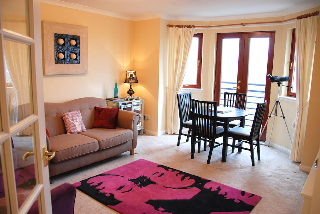 French doors open to far reaching city views. Wifi, Cable TV, Books, Board Games, DVD's