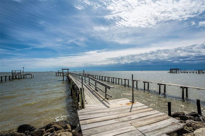 Waterfront Bay House w/ 300' Lighted Fishing Pier