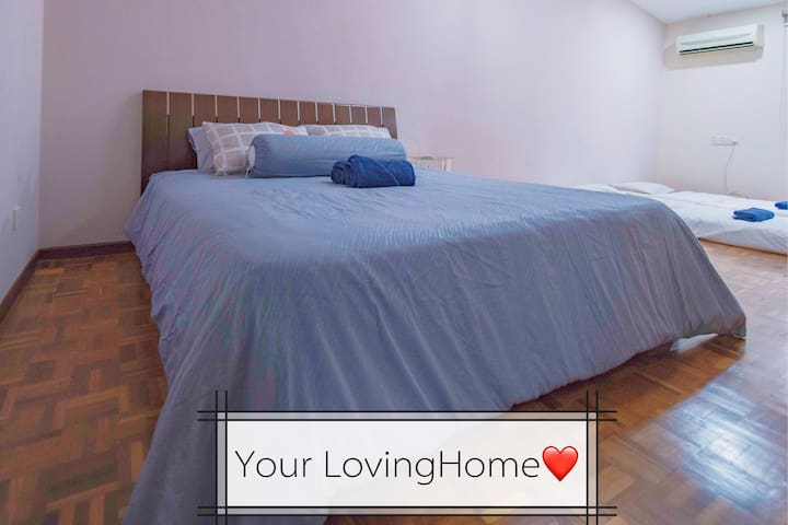 beroom with 1 king size and 2 single size bed