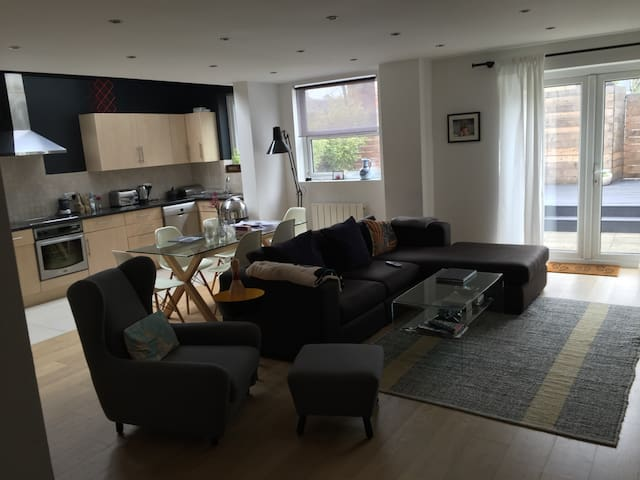 Lovely two double bed garden flat