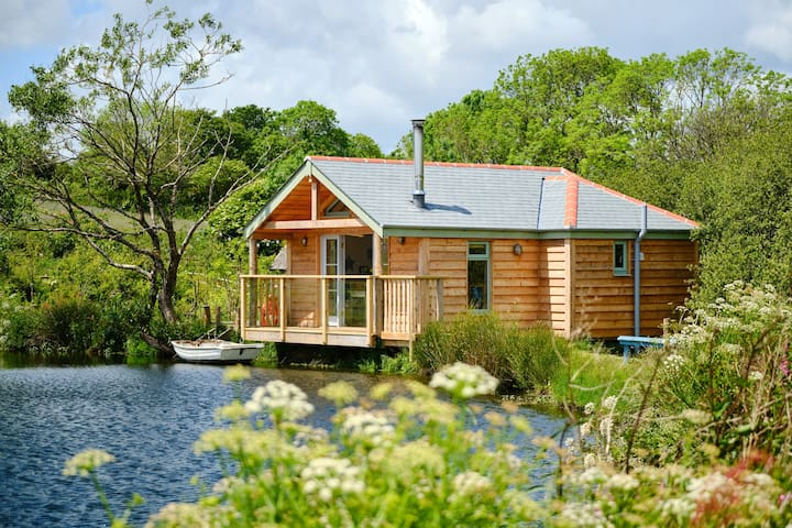 The Boat House at Pengelly Retreat - by the lake!