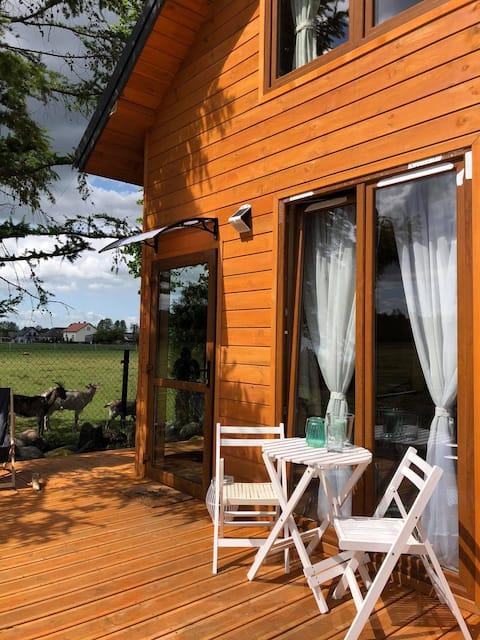 Zamieszkaj na wsi w sosnowym domku blisko Warszawy