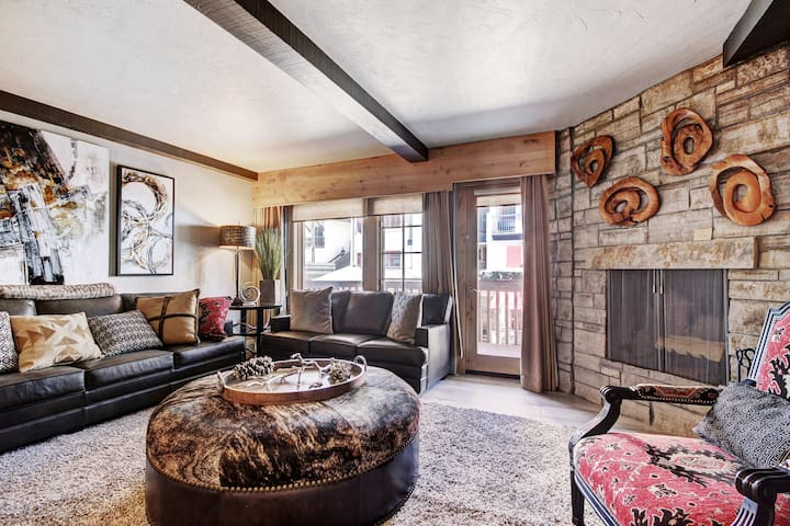 Alpine Studio+ Wood-Burning Fireplace & Amazing Location! On-site Pool