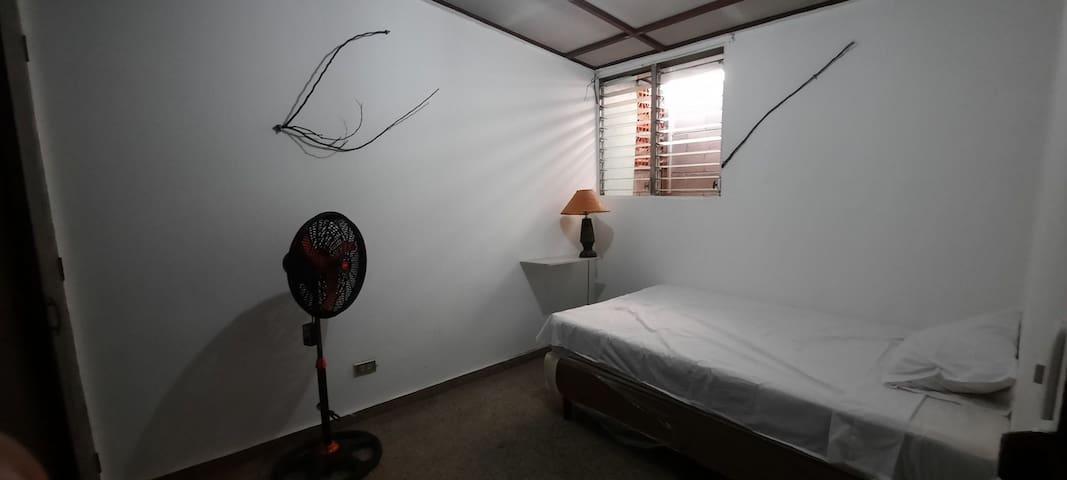 Amplia habitacion con ventilacion