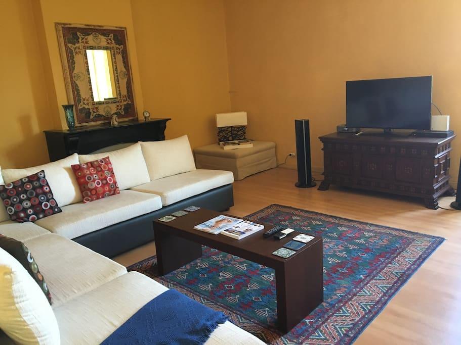 Multimedia lounge room