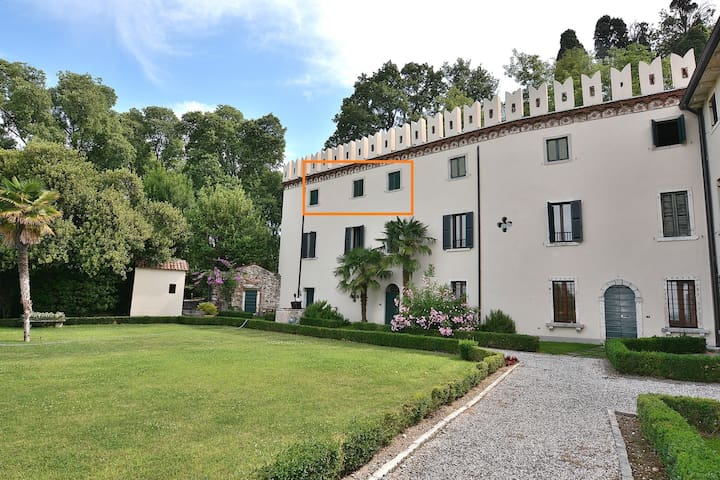 The Groom Home In Villa Da Sacco-2+2 sleeps,shared pool lake view in Colà di Lazise