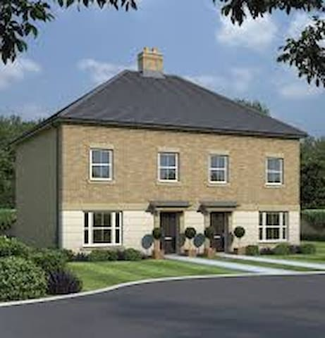 Ensuite in new build 30min from central London