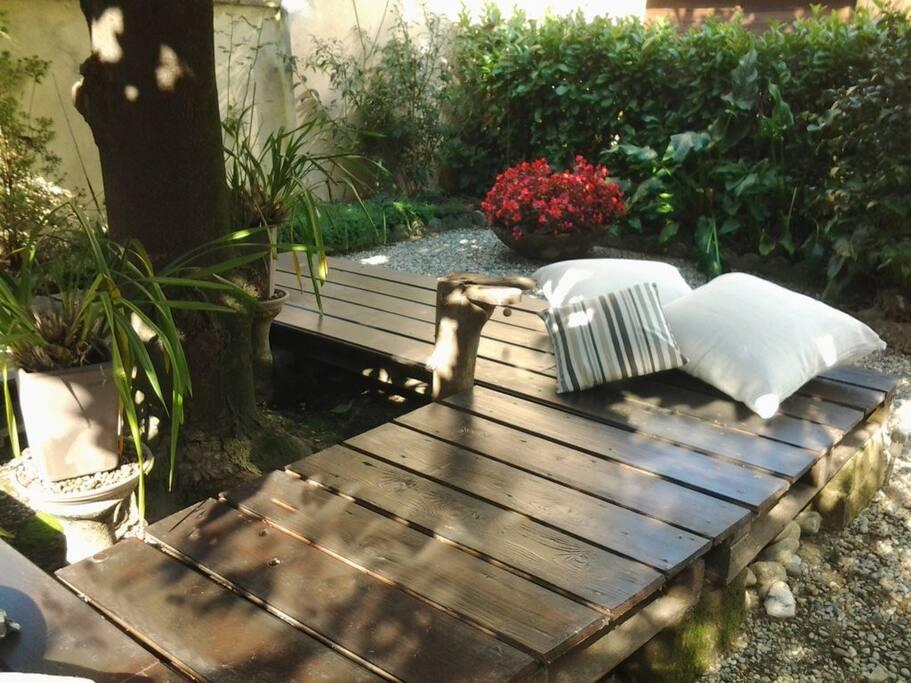 In giardino: il deck sotto la magnolia