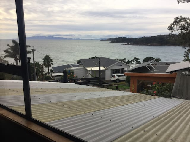Studio Flat right in Oneroa with views to die for