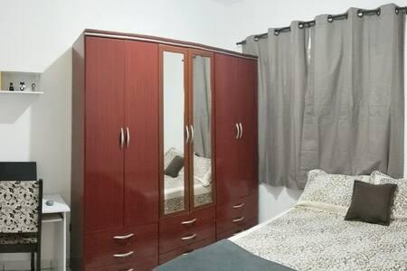 Quarto agradável para mulher com banheiro privado