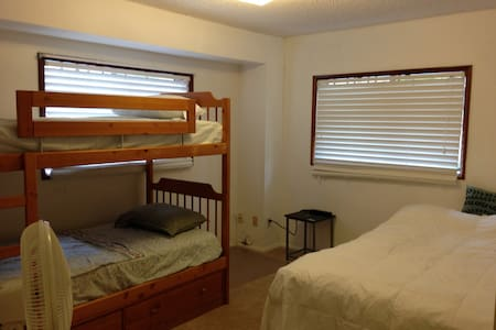 FREE Parking + PRIVATE Bathroom: Sleeps 4 People! - Honolulu - Townhouse