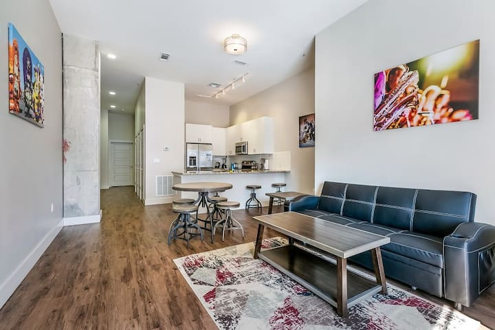 1bd spacious condo w rooftop views near FQ