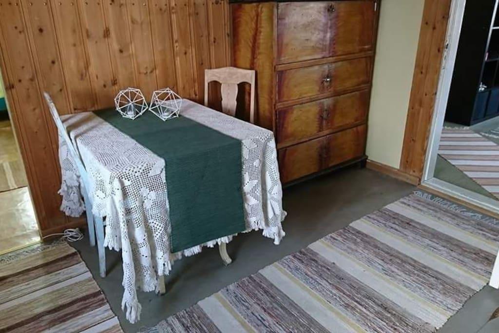 Bord stolar i mindre sovrum byrå och fåtölj mm