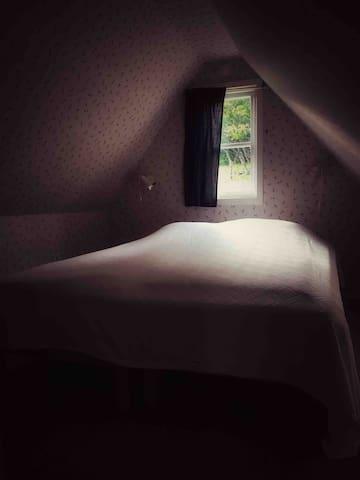 Sovrum i gästhuset. 160 säng. 2st 80cm sängar som går att dela på om man så önskar.