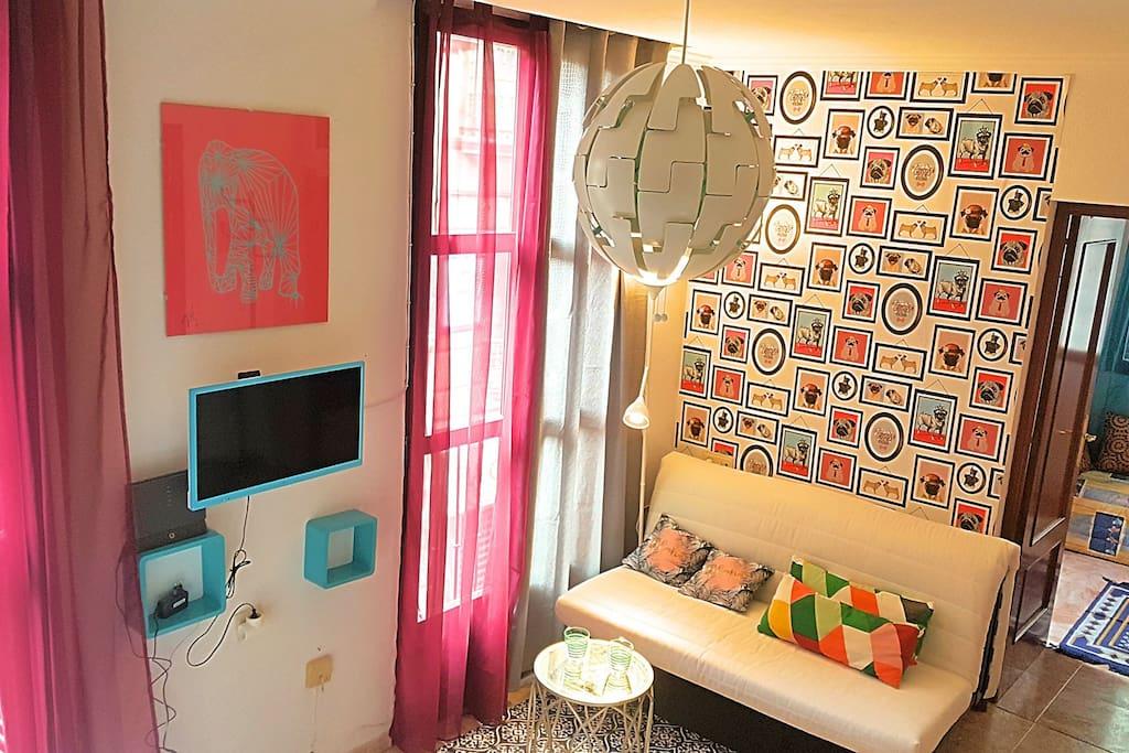 salón muy luminoso y colorido