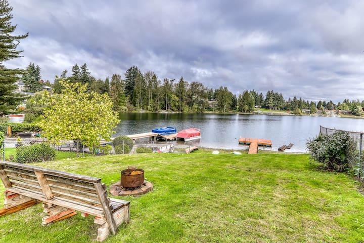 Family-friendly, lake front & view home w/ deck, kayaks & WiFi!