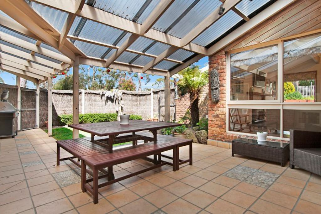 Large and shady central courtyard with barbecue.