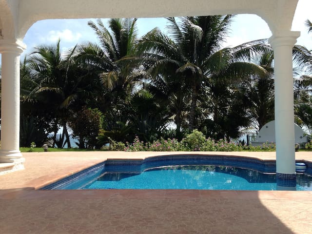 Studio by the sea with pool
