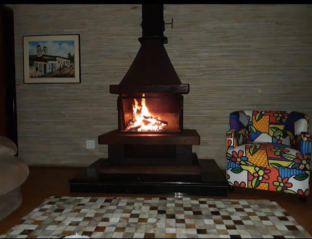 Para aquela noite fria da Serra da Cantareira, tomando um bom vinho em agradável companhia.