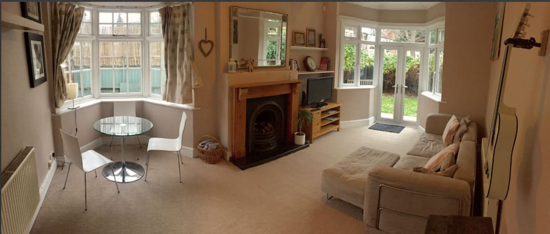 Light & spacious 2 bed flat, lovely street, SW19