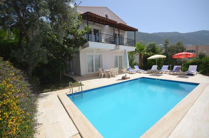 Kalkan Merkezde Deniz Manzaralı Villa Leton Kleo