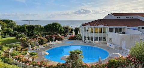 Appartement vu sur la mer et la piscine