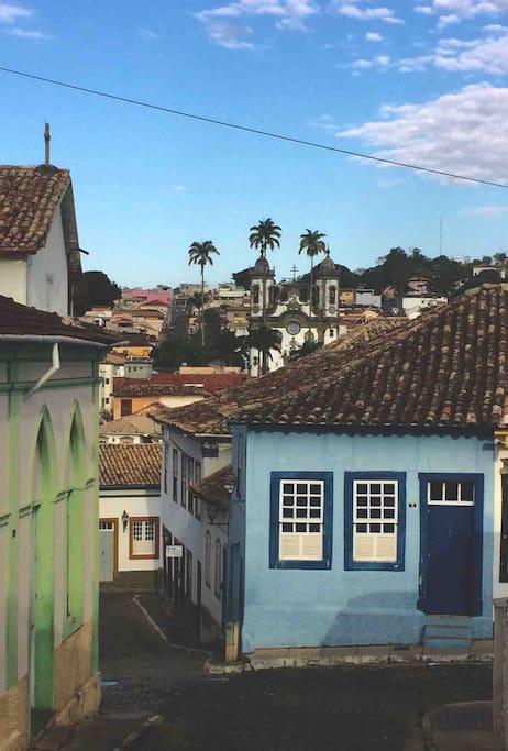 Chegando à casa pelo Largo do Rosário - Ao fundo, igreja de S. Francisco (Aleijadinho)