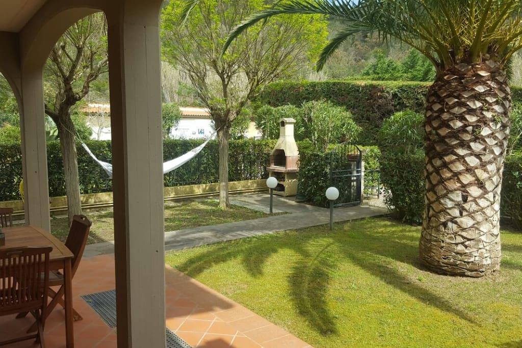 giardino con barbecue