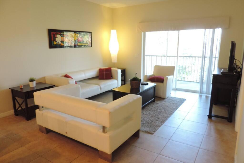Sala ampla com sofá em couro