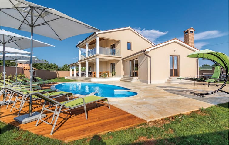 Holiday cottage with 4 bedrooms on 243 m²