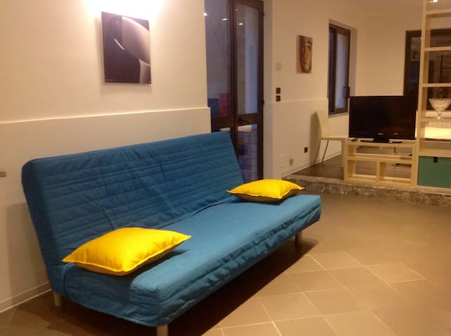 Living area and bed sofà