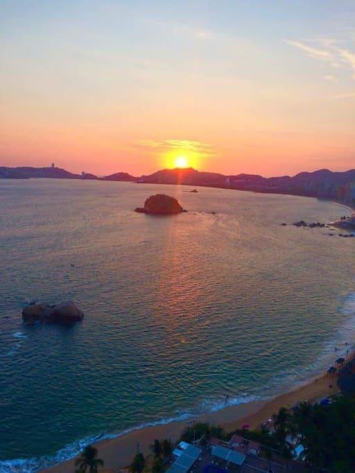 Nuestra hermosa puesta del Sol que podemos admirar todas las tardes.