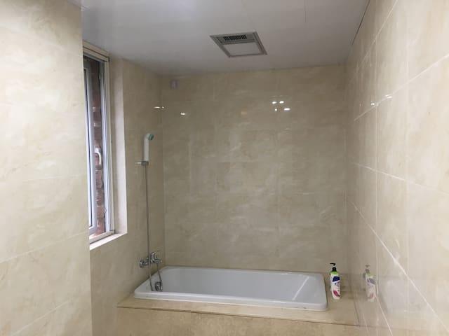 小別墅二樓主臥衛生間一角之浴缸