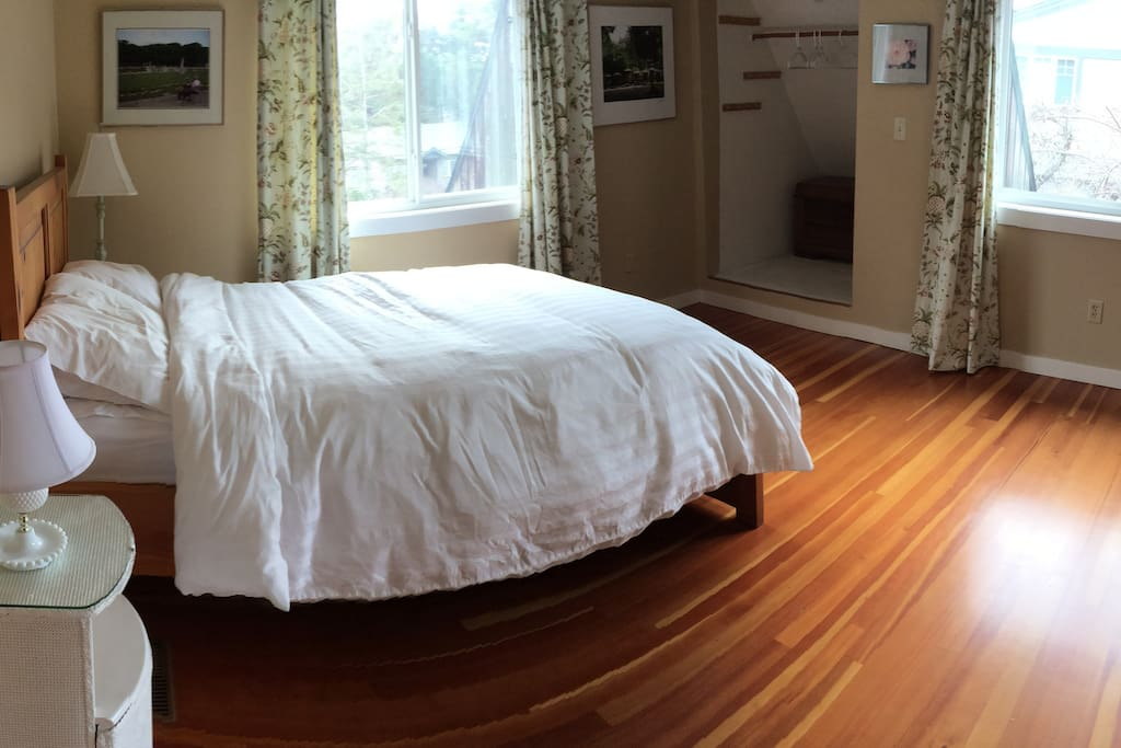 The Big Room - another double bed. Windows on three sides ...