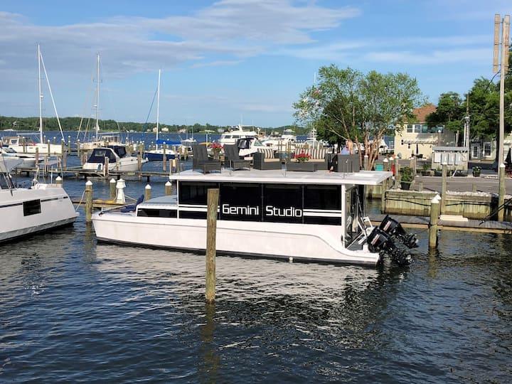 Beautiful Waterfront Studio Yacht!