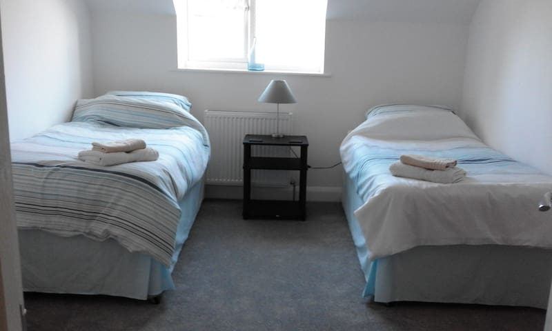 Twin room in a spacious modern home. - Angmering