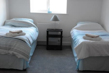 Twin room in a spacious modern home. - Angmering - Casa