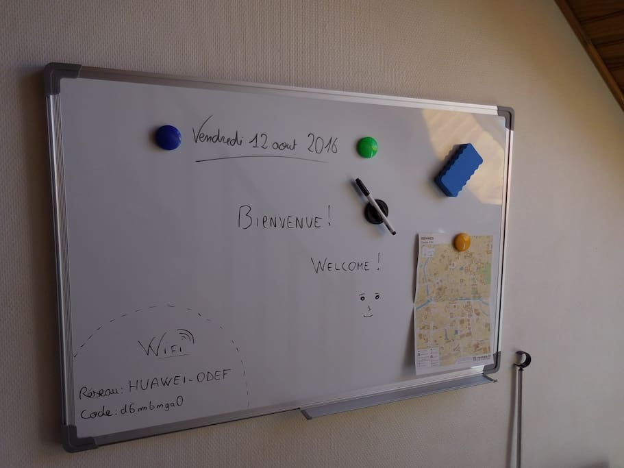 Un tableau pour inscrire des rappels, récupérer la clé wifi ou même dessiner ;-) A whiteboard to write some reminders, get the wifi Password or even draw on it :-)