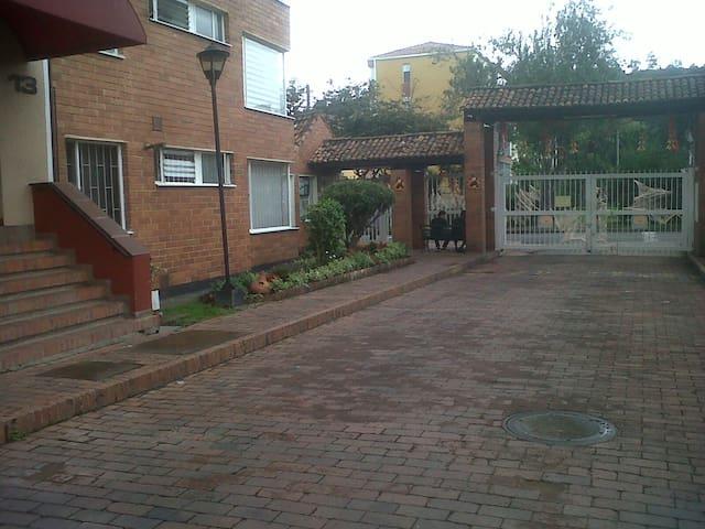 Cálida y cómoda habitación en ambiente familiar. - Bogotá - Leilighet